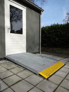 Voorbeelden van woningaanpassingen: bij grotere hoogteverschillen wordt een langer rooster gebruikt. Zo blijft de helling gemakkelijk te nemen.