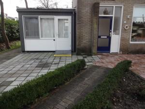 Voorbeelden van woningaanpassingen: verhogen van de bestrating bij de voordeur.