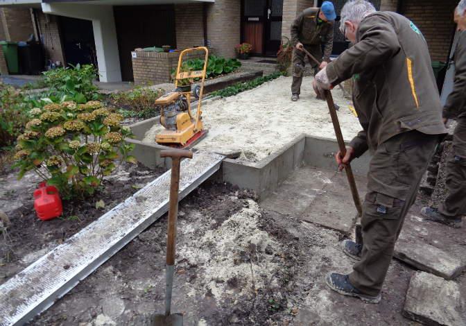 Al even bezig: aanleggen zandbed, verwijderen oude bestrating